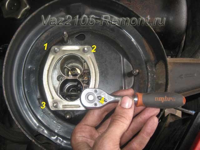 откручиваем 4 гайки крепления корпуса воздушного фильтра на ВАЗ 2106