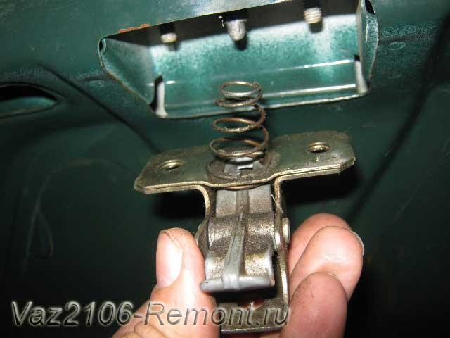 снятие конструкции замка багажника на ВАЗ 2106