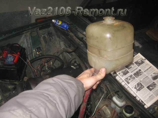 поднимаем вверх бачок расширителя на ВАЗ 2106