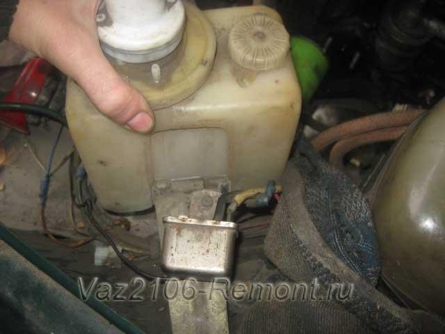 как снять бачок омывателя на ВАЗ 2106