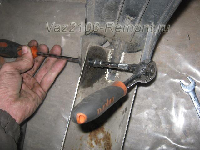 снятие боковой накладки бампера на ВАЗ 2106