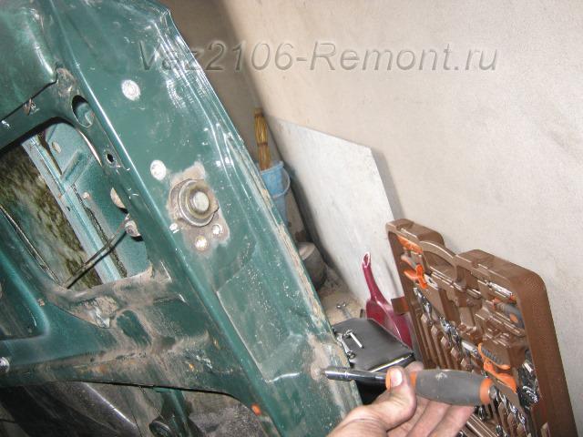 откручиваем все болты крепления замка двери на ВАЗ 2106