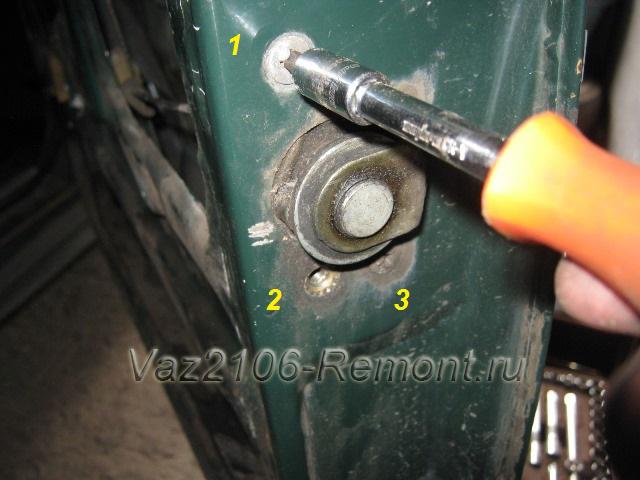откручивание болтов замка двери на ВАЗ 2106