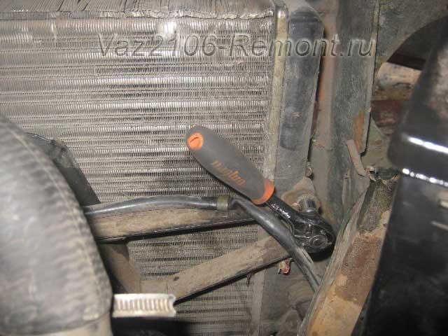 центральное крепление вентилятора охлаждения двигателя на ВАЗ 2106