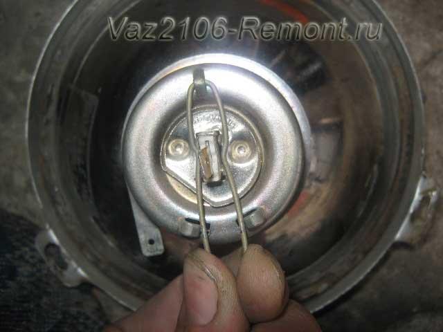 отсоединение фиксатора лампочек на передней фаре ВАЗ 2106