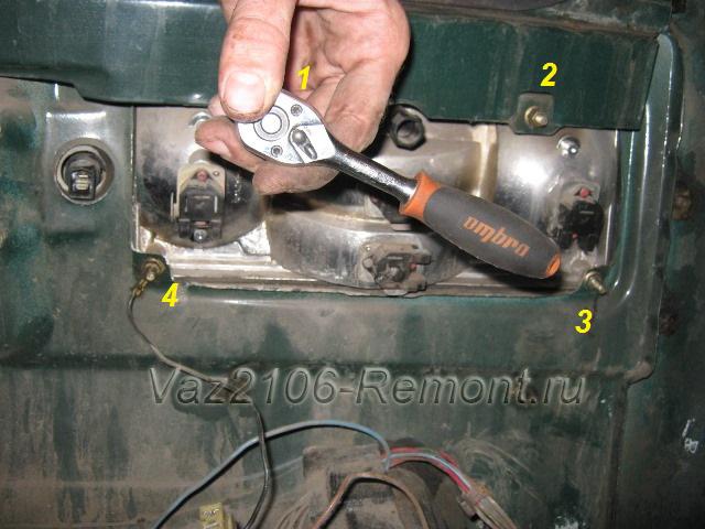 откручиваем гайки крепления задних фонарей на ВАЗ 2106