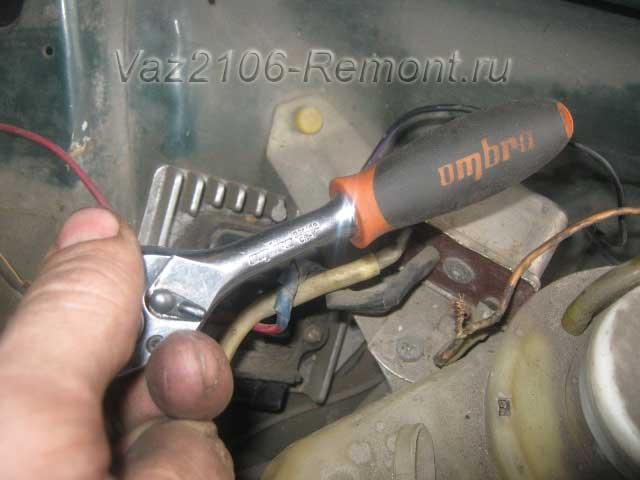 гайка крепления блока управления зажиганием на ВАЗ 2106