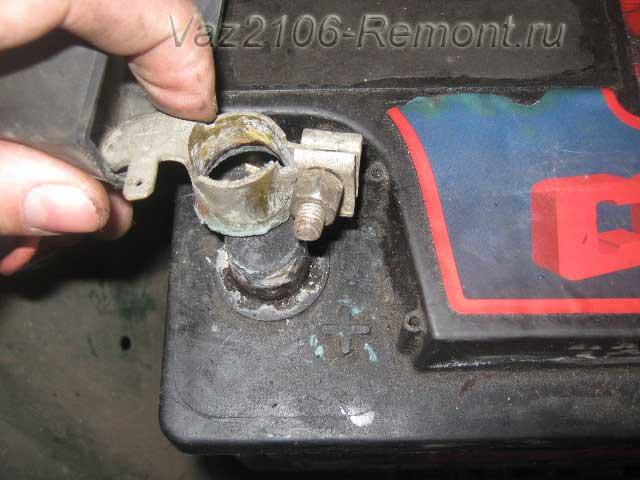 снятие клеммы на аккумуляторе ВАЗ 2106