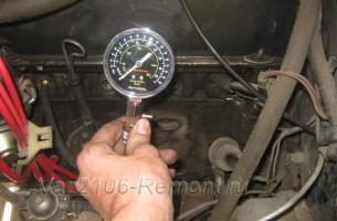 закручиваем штуцер компрессометра в первый цилиндр ВАЗ 2106