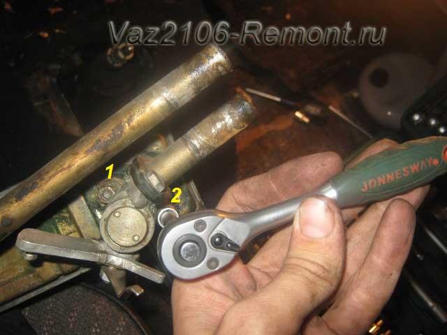 откручиваем краник печки на ВАЗ 2106