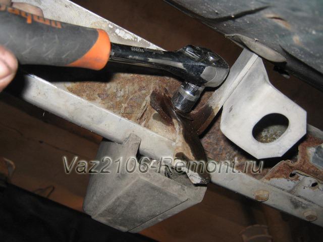 откручиваем крепление заднего бампера на ВАЗ 2106