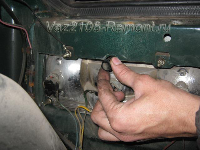 откручиваем крутушку крепления стекла заднего фонаря на ВАЗ 2106
