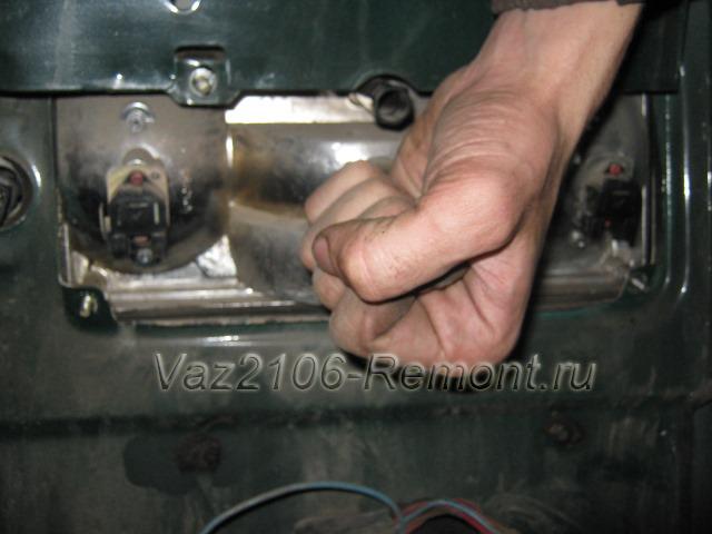 постукиваем кулаком по фонарю ВАЗ 2106 для его снятия