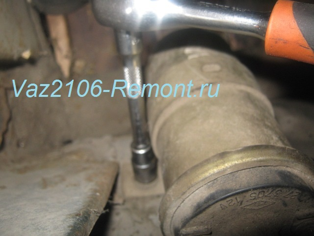 левое крепление катушки зажигания на ВАЗ 2106
