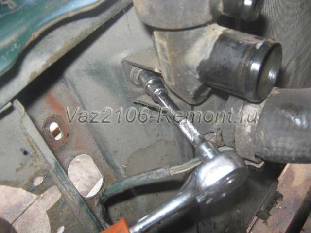 как открутить крепление радиатора на ВАЗ 2106