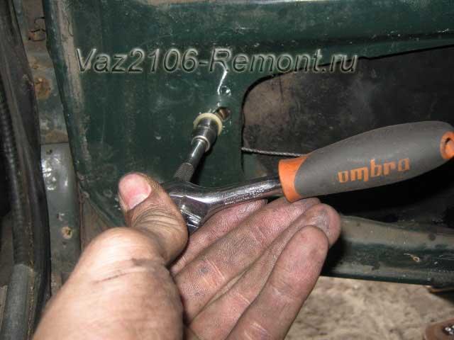 снимаем трос стеклоподъемника на ВАЗ 2106 с левой части двери