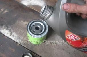 заливаем масло в масляный фильтра на ВАЗ 2106