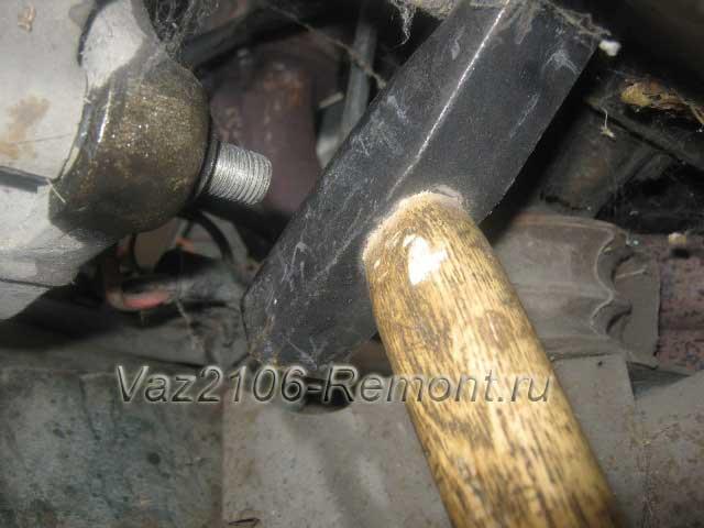 выбиваем нижний болт крепления генератора на ВАЗ 2106