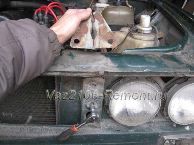 откручивание навеса капота ВАЗ 2106