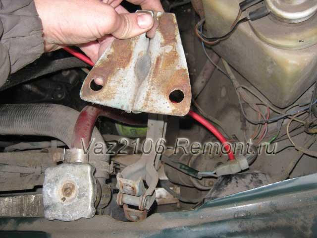 снятие и установка навесов капота на ВАЗ 2106