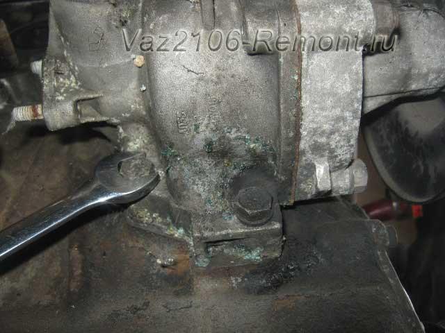 открутить нижние болты крепления водяного насоса на ВАЗ 2106