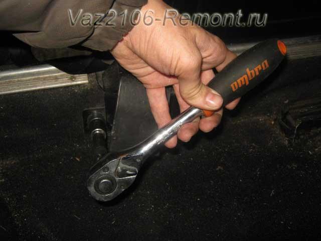 открутить нижнее крепление ремня безопасности на ВАЗ 2106