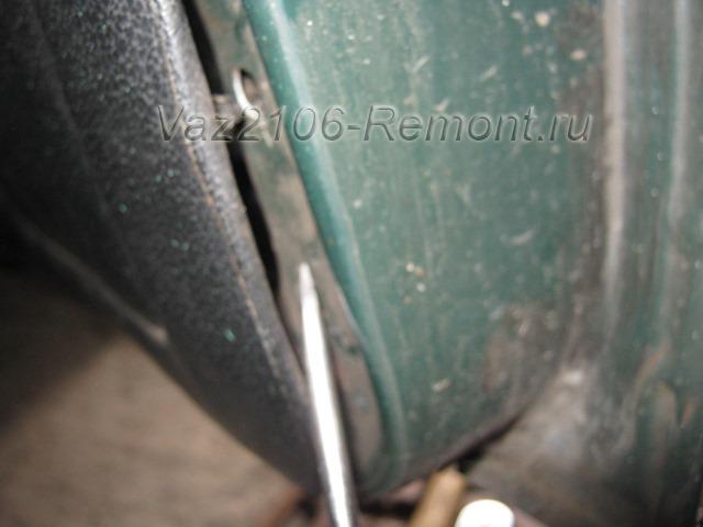 поддеваем обшивку передней двери на ВАЗ 2106