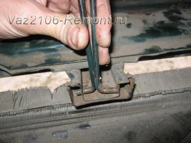 снятие ограничителя капота на ВАЗ 2106