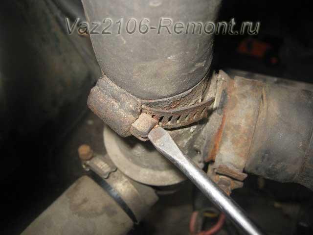 отсоединяем патрубки от термостата на ВАЗ 2106