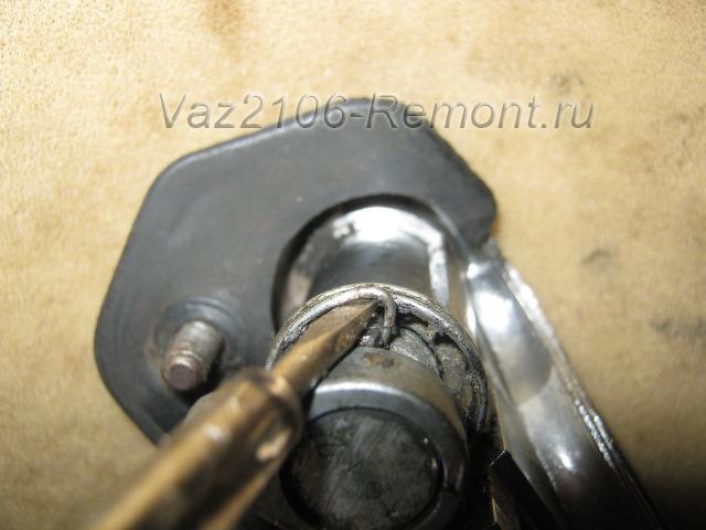 снятие пружинки личинки замка двери на ВАЗ 2106