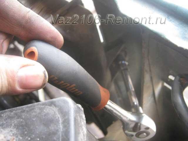 правое крепление радиатора на ВАЗ 2106