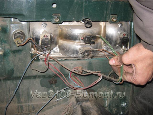 отсоединяем провода от заднего фонаря на ВАЗ 2106