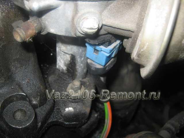 отсоединение проводов питания трамблера на ВАЗ 2106
