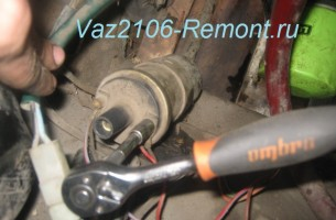 отсоединяем провода питания от катушки зажигания на ВАЗ 2106