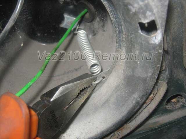 как снять пружину крепления блок фары на ВАЗ 2106
