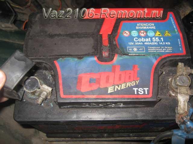 снятие защитного колпачка на клемме аккумулятора ВАЗ 2106