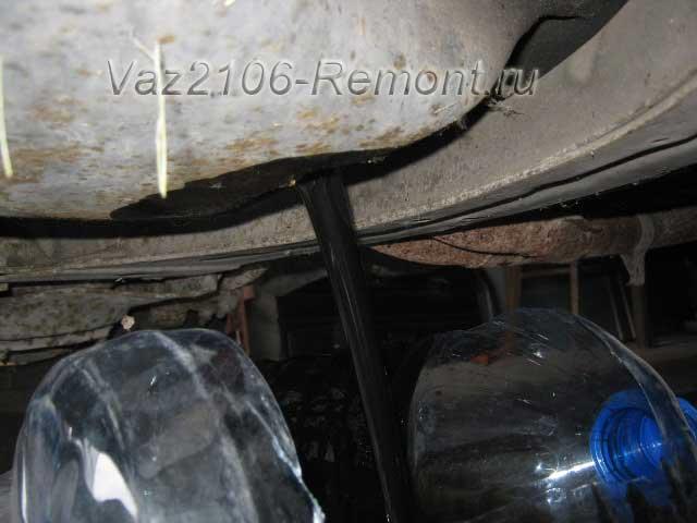 сливаем отработанное масло из двигателя ВАЗ 2106 Жигули