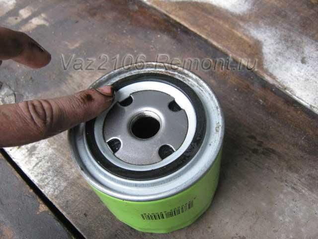 смазываем уплотнительную резинку масляного фильтра на ВАЗ 2106