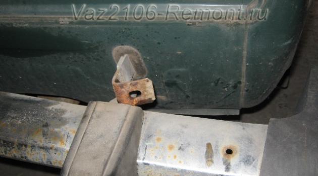 отводим одну сторону заднего бампера назад на ВАЗ 2106