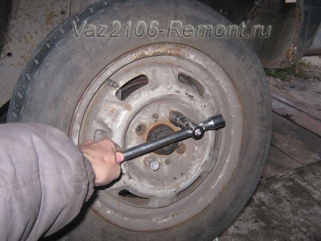снятие переднего колеса на ВАЗ 2106
