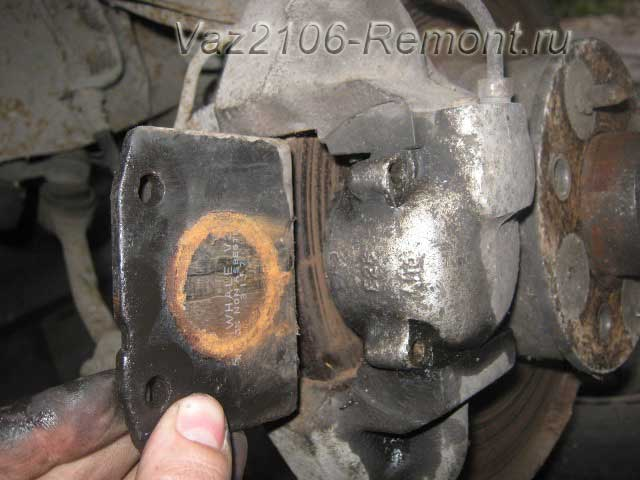 вынимаем наружную тормозную колодку на ВАЗ 2106 спереди