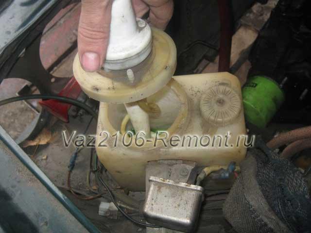 снятие насоса омывателя на ВАЗ 2106