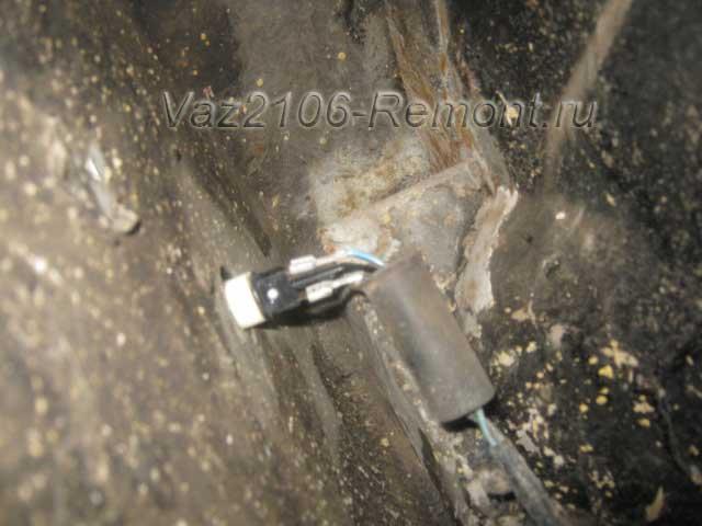 отсоединение проводов питания лампочек повторителей поворотов на ВАЗ 2106