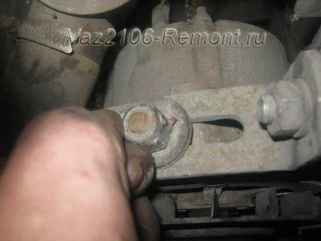 ослабление ремня генератора на ВАЗ 2106