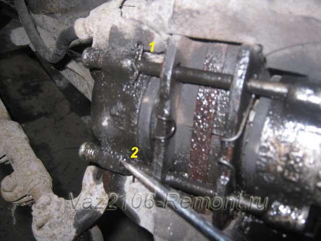 вынимаем контрящие шплинты штоков тормозных колодок на ВАЗ 2106