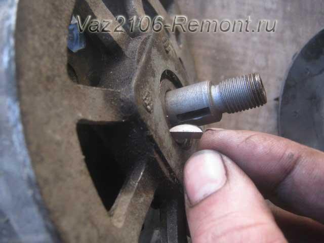 вынимаем шпонку фиксации шкива генератора на ВАЗ 2106