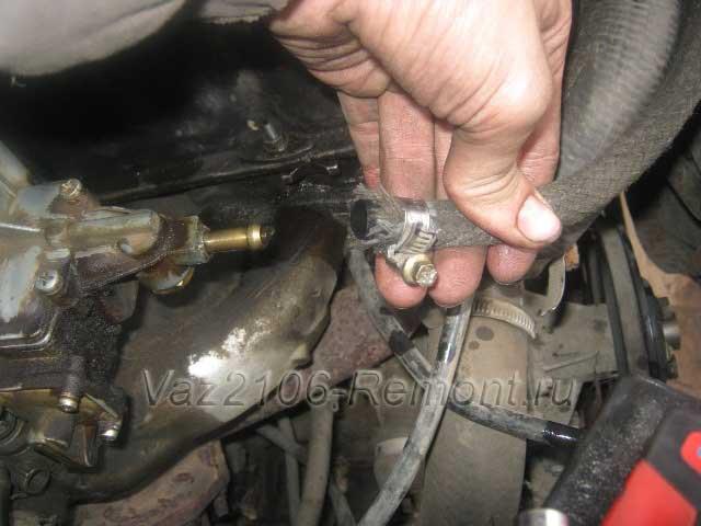 отсоединить топливный шланг от карбюратора на ВАЗ 2106