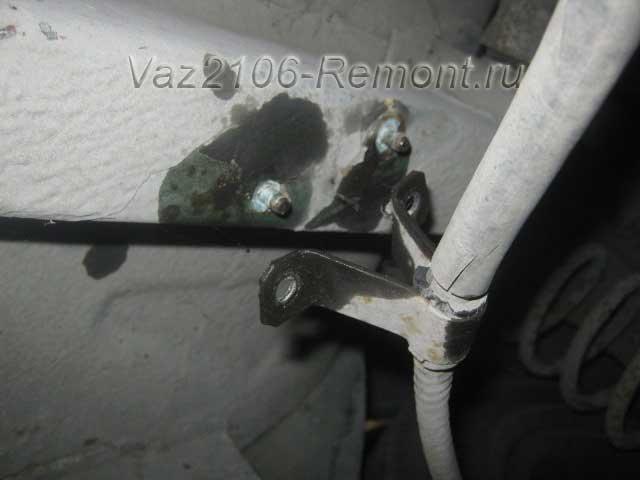 откручиваем трос крепления ручника к кузову ВАЗ 2106
