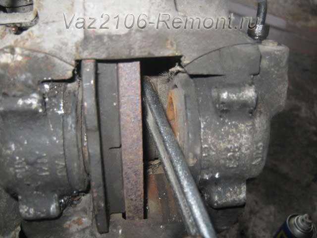 как вдавить поршень тормозного цилиндра на ВАЗ 2106