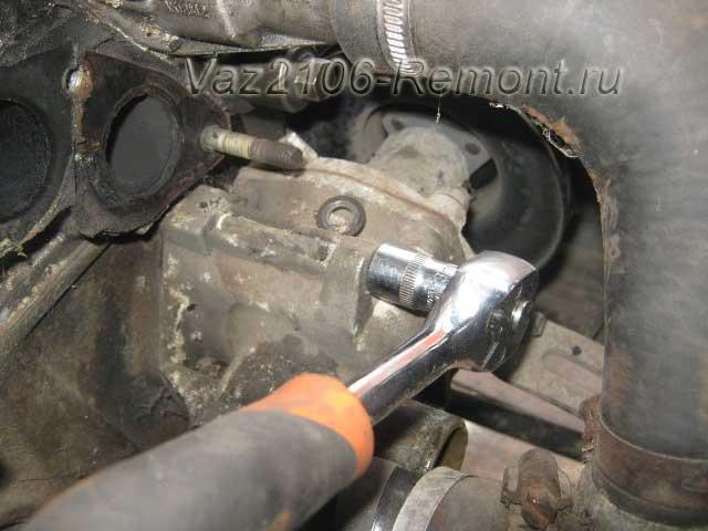 откручиваем болт крепления помпы к блоку двигателя ВАЗ 2106